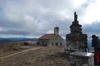 Do cerkvice svete Trojice nad Pivko nas vodi lepa in tudi razgledna krožna pot, ki jo lahko prehodijo tudi otroci.