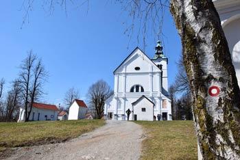 Sveta Trojica nad Vrhniko se je priljubljen grič z veliko belo cerkvijo.