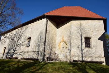 Cerkev svetega Ahaca na Gori spominja na manjšo utrdbo pred katero so nekoč kurili kresove.