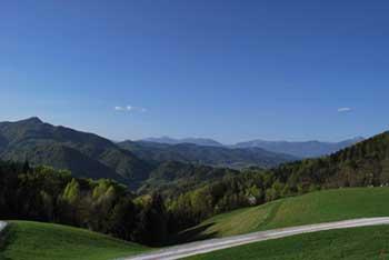 Sveti Andrej nad Škofjo Loko ima razgled na okoliško Polhograjsko hribovje in deloma Karavanke.