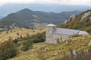 Sveti Hieronim stoji na pobočjih Nanosa. Nanj vodi lahka pot v naravi. Lepo se vidijo hribi okoli Vipavske doline.