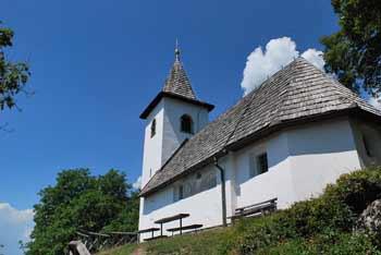 Nad Preddvorom je planinski dom Iskra in cerkvica svetega Jakoba.