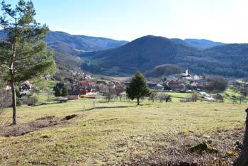 Pod svetim Jožefom, cerkvico nad Preserjemi na hribu Mlečnik po legendi zakleta kača čuva zaklad.