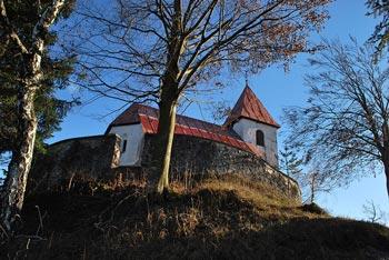Iz Svetega Lovrenca nad Polhovim Gradcem se odpira razgled na Krimsko hribovje in Ljubljansko barje.