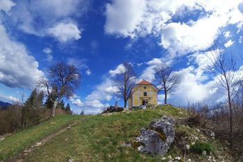 Sveti Miklavž je nahaja pod Cicljem nasproti Jančam in nedaleč od Doma na Uštah.