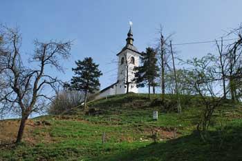 Med Rovtarskimi hribi je v vasi Praprotno Brdo razgledna cerkvica Svetega Nikolaja do katere vodi krožna pot.