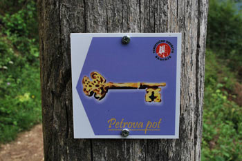 Sveti Peter nad Begunjami je stara romarska cerkev do katere vodi krožna pot.