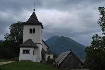 Cerkev svetega Petra nad Begunjami se nahaja na razgledni vzpetini.