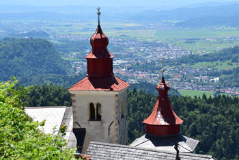 Sveti Primož nad Kamnikom je izvrsten razglednik s pogledom do Ljubljane in Krima za katerim se dvigajo notranjski vrhovi.