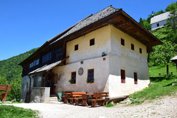 Visoko nad Svetim Primožem nad Kamnikom se nahajajo obsežni pašniki Velike planine.