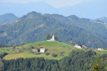 Sveti Tomaž nad Praprotnim je cerkvica, ki jo hodijo slikati fotografi z vsega sveta in je zato med pohodniki zelo priljubljena.