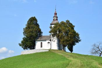 Sveti Tomaž nad Praprotnim je cerkev, ki se nahaja na razglednem holmu sredi Škofjeloškega hribovja.