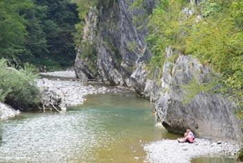 Sveti Volar se nahaja blizu korit reke Nadiže ter na mestu, kjer le-ta zavije ostro proti jugu.