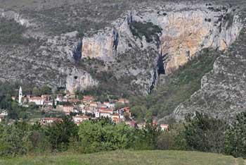 Na Tinjanskem hribu je istoimenska vasica z razgledom na Primorske vrhove, Trst in Kraški rob.