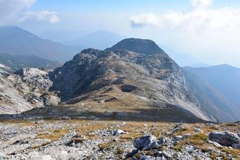 S Tolminskega Kuka se odpre poleg na Julijske Alpe, preko Cerkljanskega hribovja in mimo Trnovskega gozda pa tudi Jadransko morje.