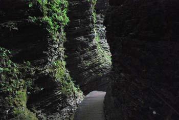 Do dvorane slapa Kozjak pridemo skozi tesno sotesko tik nad potokom.