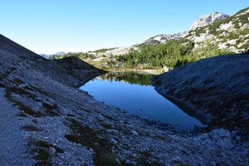 Triglavsko jezero V Ledvicah se nahaja v osrčju Julijskih Alp in velja za eno najlepših visokogorskih jezer pri nas.