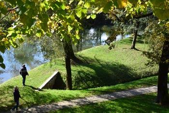 Trubarjeva domačija se nahaja ob reki Rašici, ki neizbrisno zaznamuje ta prelep kraj.