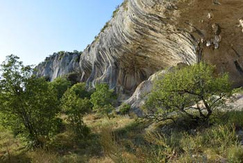 Veli Badin je velik spodmol v Koprskih brdih.
