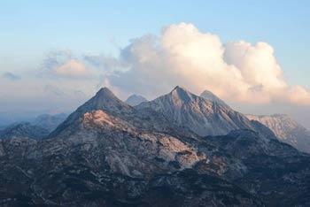 Velika Baba se nahaja v zahodnem predelu Julijskih Alp visoko nad Krnskim jezerom.