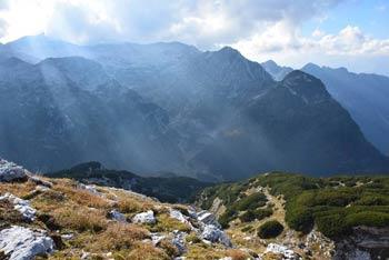 Pogled na pogorje Krna in Krnsko jezero z Velike Monture.