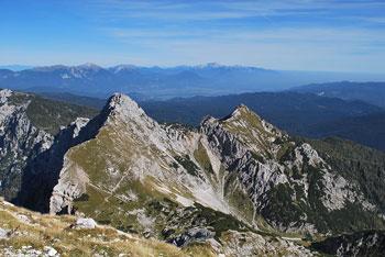 Med Toscem in Viševnikom se nahaja Veliki Draški vrh. Pod njim je dolina Krme. Ima lep razgled na Triglav.