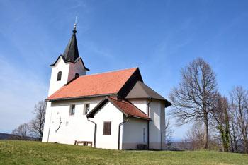 Veliki Osolnik ima prostran travnat vrh na robu katerega se nahaja cerkev svetega Lovrenca.