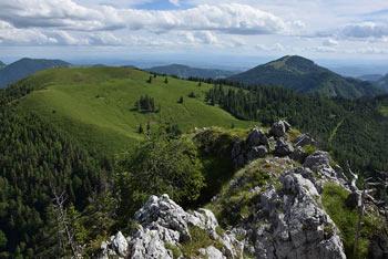 Veliki Rogatec se po dobrem puščavniku, ki si je na njegovih pobočjih najdel prebivališče, imenuje tudi Mrtvi menih.
