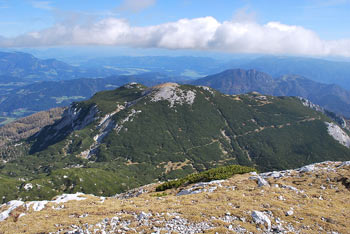 Iz Velikega vrha se zelo lepo vidi južna stena Ojstrice nad Korošico in Velika Raduha v Kamniško-Savinjskih Alpah.