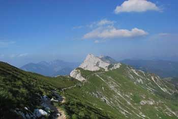 Veliki vrh se nahaja na priljubljeno izletniško točko planino Kofce.