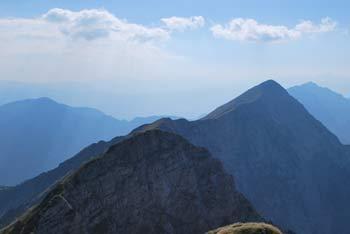 Veliko Kladivo je najvišji vrh Košute, z njega pa se vidi gore okoli Vrtače in Stola.