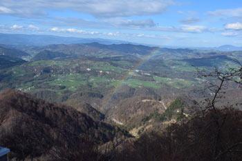 Veliko Kozje se nahaja nasproti Kopitnika in zahodno od Lisce. Pod njim je dolina reke Gračnice, lepo pa se vidi Kum.