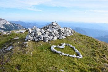 Vogel je razgledna gora z zaobljenim travnatim vrhom na katerem je iz kamenja sestavljeno srce.