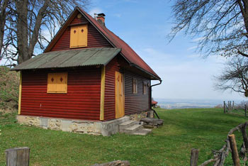 Vrh Jelovic je najvišji vrh Haloz s katerega se odpre razleg na Podravje in Pohorje nad Mariborom.