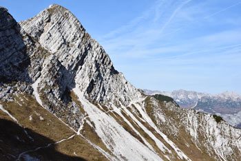 Med vzponom na Vrh Krnic se odpre pogled na planinsko pešpot, ki vodi mimo Rušnatega vrha.