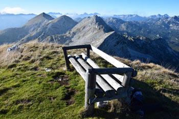 Vrh nad Škrbino je zelo zahtevna gora na kateri nas pričaka velika in udobna klop.