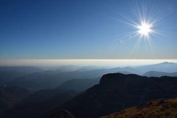 Sončni zahod v gorah, kot se ga vidi z Vrha nad Škrbino.