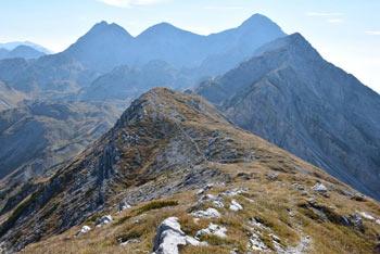 Vrh Škrli je razglednik s katerega se odpre razgled na Julijske Alpe v predelu Spodnjih Bohinjskih gora. Nahaja se med Tolminskim Kukom in Bogatinom in Mahavščkom.
