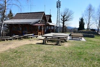 Žagarski vrh ima na razglednem slemenu Dom radioamaterjev, ki izletnikom nudi gostinsko ponudbo.