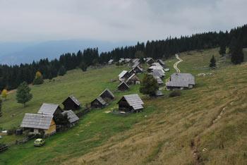 Pokljuška planina Zajamniki je znana po promenadi pastirskih koč.