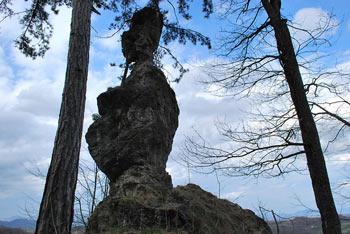 Žličar se nahaja Posavju poleg vrha Veternik. Njegova oblika spominja na sedečega človeka.