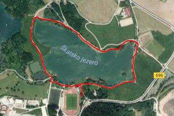 Okoli Škalskega jezera je speljana široka sprehajalna pot, ki jo zlahka opravimo z vozičkom za otroke.
