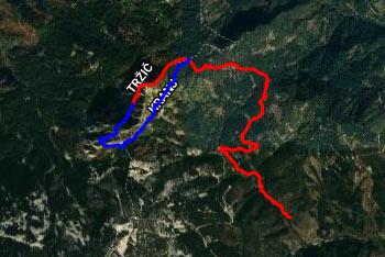 Na Stegovnik gremo preko Močnikovega sedla, krožna pot pa nas vodi preko naravnega okna. Tu mimo vodi tudi pot na Storžič.