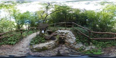 Izvir Frančiška je stranski pritok Stiškega potoka. Ob njem je več klopi in kozarec v katerega si lahko natočimo zdravilno vodo.