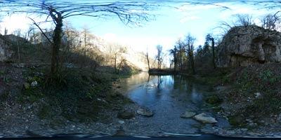 Izviri Ljubljanice se nahajajo na zahodnem robu Menišije. Najbolj znan je Veliki Močilnik, kjer izvira Mala Ljubljanica. V Retovju izvira Velika Ljubljanica. Tu so izviri Veliko okence, Malo okence, Pod skalo in Pod orehom.