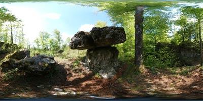 Megalitska Kamnita miza je imenovana tudi Tomaževa miza in velja za naraven spomenik.