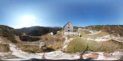 Koča pod Bogatinom nudi možnost lepih panoramskih posnetkov, kjer se vidijo vrhovi Spodnjih Bohinjskih gora kot so Bogatin, Magavšček in tudi Tolminski Kuk.