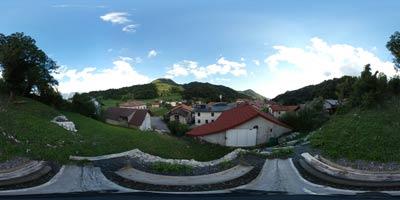 Livek je vas na Severnem Primorskem in izhodišče za več izletov od katerih eden vodi do vasice Jevšček, kjer si ogledamo Nježno hišo. Na vasjo Perati je razgledišče s pogledom na visokogorje nad soško dolino.