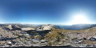 Mahavšček se nahaja med Bogatinom in Tolminskim Kukom v Spodnjih Bohinjskih gorah visoko nad Komno. Z njega se odlično vidijo Julijske Alpe okoli znamenitega Triglava.