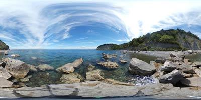 Mesečev zaliv je del najdaljše neokrnjene obale v Tržaškem zalivu. Nahaja se pod strmim Strunjanskim klifom nad katerim stoji z legendo povezani križ.